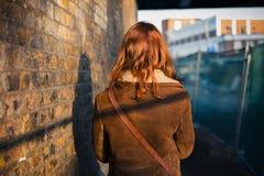 Femme marchant dans une ville pendant l'hiver Photographie stock libre de droits
