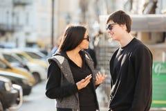 Femme marchant dehors avec son frère Photo stock