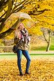 Femme marchant en parc avec le parapluie image libre de droits