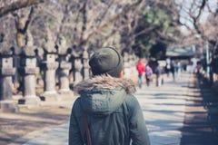 Femme marchant en parc d'Ueno Image stock