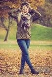 Femme marchant en parc pendant l'automne photo stock
