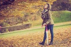 Femme marchant en parc pendant l'automne images libres de droits
