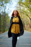 femme marchant en stationnement Photographie stock