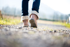 Femme marchant le long d'un chemin rural Photos libres de droits