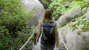 Femme marchant le long de la voie dans la jungle clips vidéos