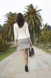 Femme marchant loin dans le chemin Image libre de droits
