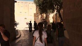 Femme marchant par la vieille porte de la ville clips vidéos