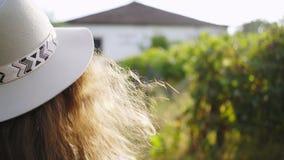 Femme marchant près de la villa et du vignoble banque de vidéos