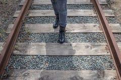 Femme marchant sur des rails image stock
