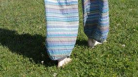 Femme marchant sur l'herbe banque de vidéos