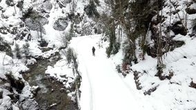 Femme marchant sur la montagne avec la neige banque de vidéos