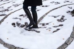Femme marchant sur la neige Photo stock