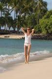 Femme marchant sur la plage images stock