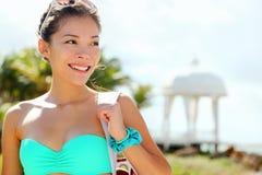 Femme marchant sur la plage Photographie stock libre de droits