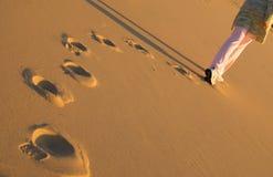 Femme marchant sur la plage Photo libre de droits
