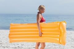 Femme marchant sur la plage photo stock