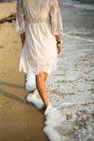 Femme marchant sur la plage Image libre de droits