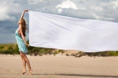 Femme marchant sur la plage avec un tissu blanc Photo libre de droits