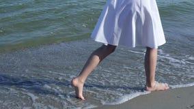 Femme marchant sur la plage nu-pieds Fille marchant en eau peu profonde appréciant la nature Bord de la mer, océan Style de vie s banque de vidéos
