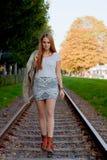 Femme marchant sur la voie ferroviaire Image libre de droits