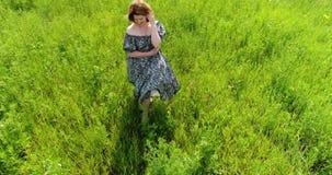 Femme marchant sur le pré d'été, vue d'en haut clips vidéos