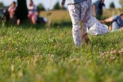Femme marchant sur le pré dans la jupe Photo stock