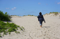 Femme marchant sur le sable Photo stock