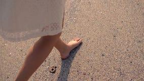 Femme marchant sur le sable banque de vidéos