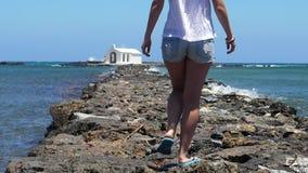 Femme marchant sur les roches banque de vidéos
