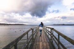 Femme marchant sur un pont Photos libres de droits