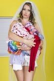 Femme mariée par jeunes attrayants tenant la blanchisserie de lavage sale photos stock