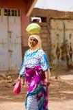 Femme marocaine portant une pastèque sur sa tête Photos libres de droits