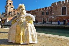 Femme masquée costumée blanche et d'or Photos stock