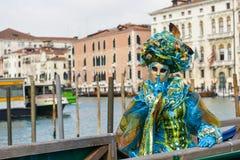 Femme masquée costumée bleue Image libre de droits