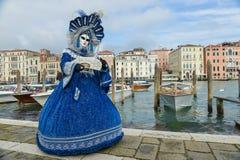 Femme masquée costumée bleue Photographie stock