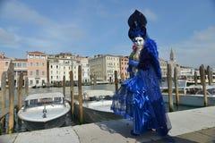 Femme masquée costumée bleue Image stock