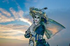Femme masquée costumée bleue Photographie stock libre de droits