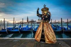 Femme masquée costumée d'or noire Image libre de droits