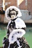 Femme masquée costumée noire et blanche Photos libres de droits