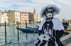 Femme masquée costumée noire et blanche Photographie stock libre de droits