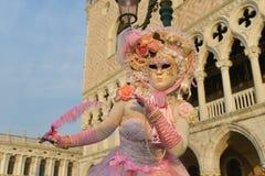 Femme masquée costumée par rose Photo libre de droits