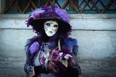 Femme masquée costumée pourpre Photos libres de droits