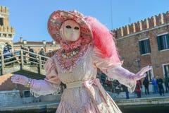 Femme masquée costumée rose-clair Photos libres de droits