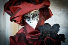 Femme masquée costumée rouge Photo libre de droits