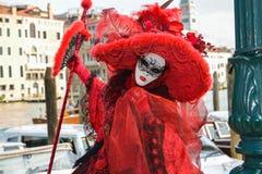 Femme masquée costumée rouge Images libres de droits