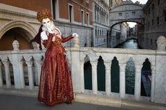 Femme masquée costumée rouge Image stock
