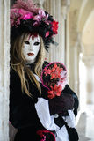 Femme masquée dans le costume noir Images libres de droits