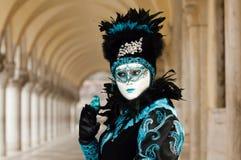 Femme masquée dans le costume noir et bleu Image libre de droits