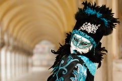 Femme masquée dans le costume noir et bleu Photos stock