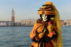 Femme masquée noire et jaune Photographie stock